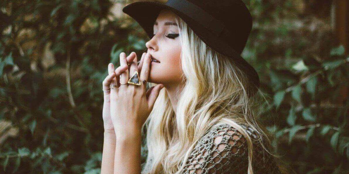 donna tra la natura gioielli torino