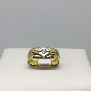 anello oro giallo con piccolo diamante sul davanti gioielli torino