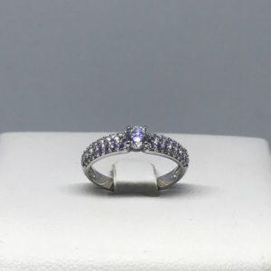 anello in oro bianco con diamante centrale e diamanti più piccoli intorno