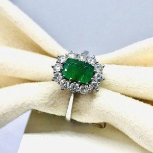 anello in oro bianco con smeraldo centrale e diamanti intorno gioielli torino