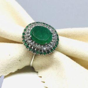 anello con smeraldo centrale circondato da diamanti gioielli torino