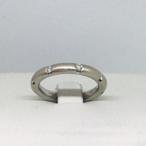 anello in oro bianco con diamanti incastonati gioielli torino