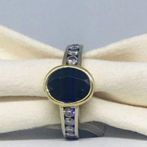 anello con pietra preziosa centrale montatura in oro gioielli torino