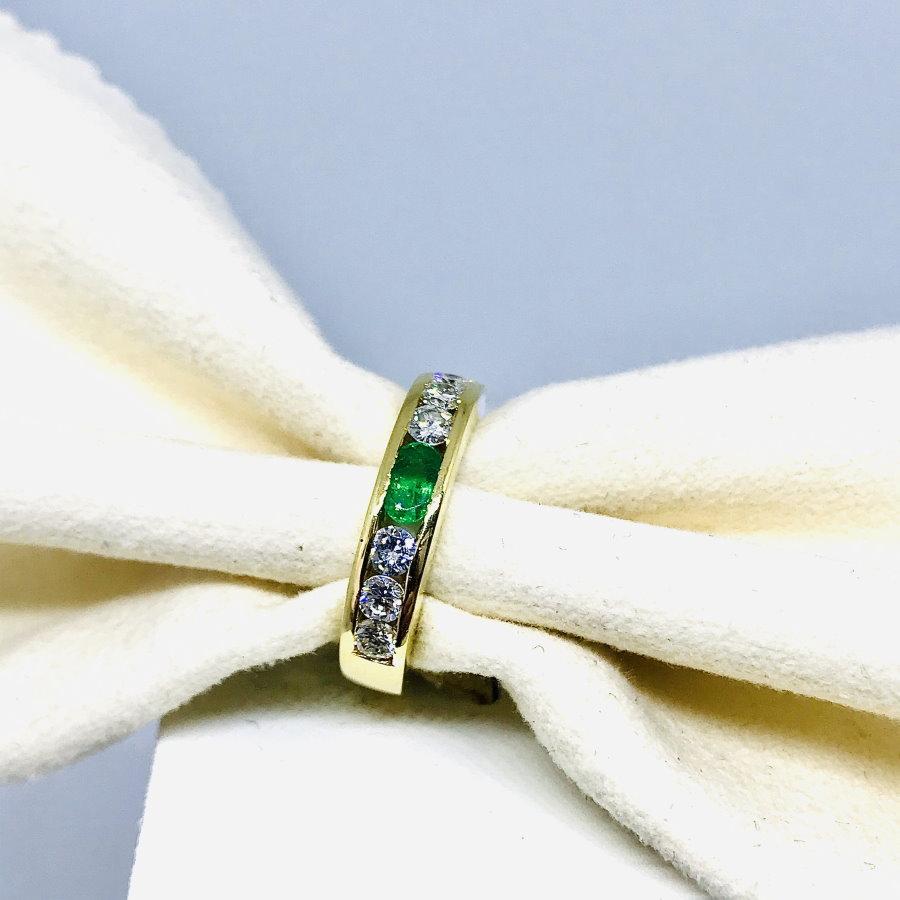 Anello con diamanti ct 0,48 e smeraldo