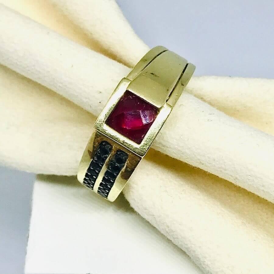 Anello con rubino e diamanti neri
