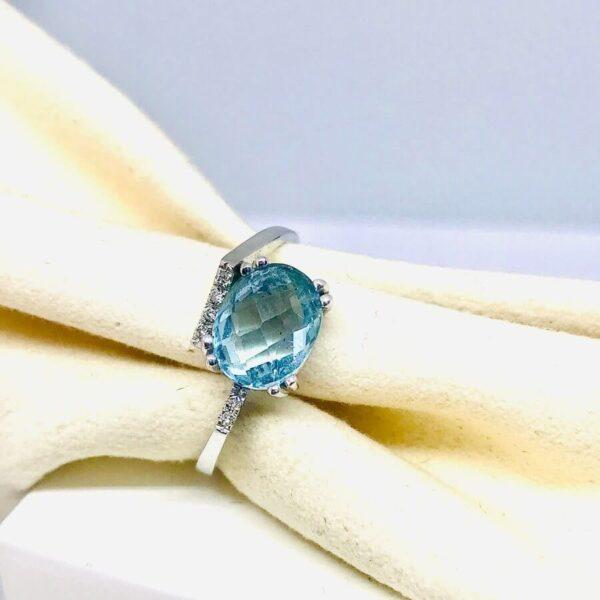 Anello in oro bianco 18 carati con pietra preziosa azzurra. Lo potrete trovare nel negozio di Offerte d'oro Gioielli Torino.