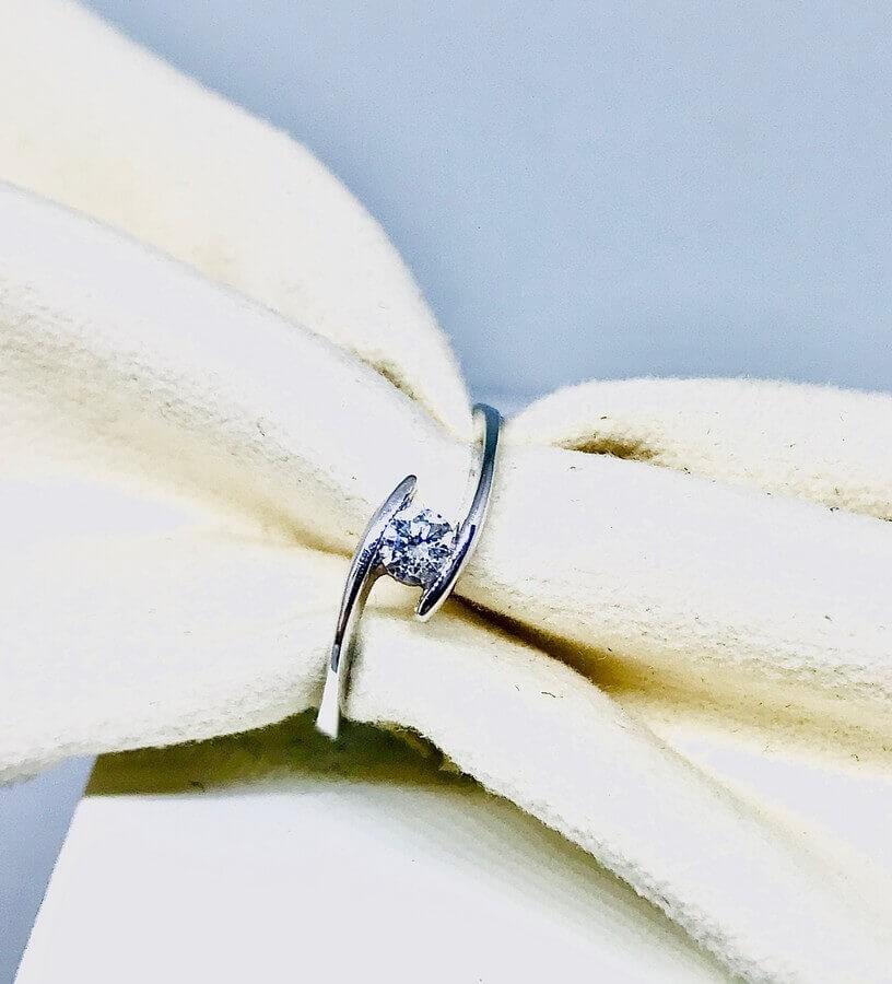 Anello solitario con diamante ct 0,15