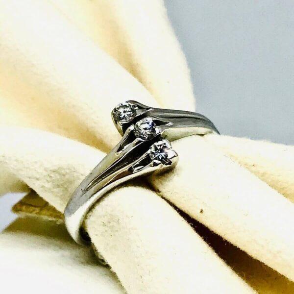 Anello in oro bianco 18 carati con tre diamanti. gioielli torino offerte d'oro