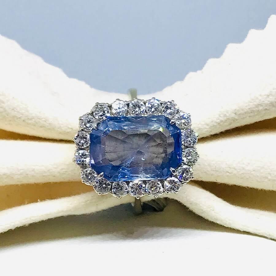 Anello con zaffiro e diamanti ct 0,80