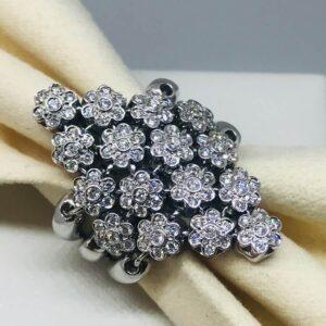 anello in oro bianco 18 carati con diamanti raggruppati a forma di fiore. Offerte d'oro gioielli torino