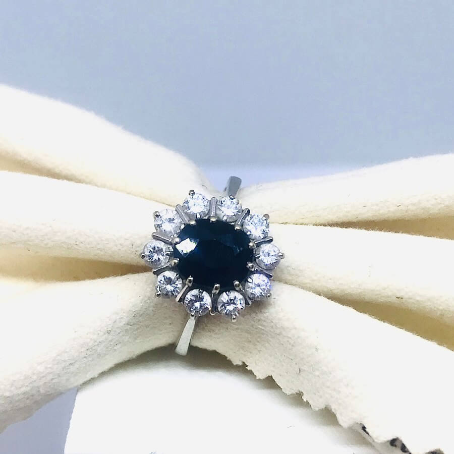 Anello con diamanti ct 0,50 e zaffiro