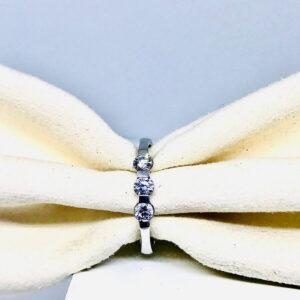 Anello in oro bianco 18 carati con tre diamanti. offerte d'oro Gioielli Torino.