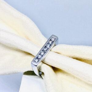 Anello in oro bianco 18 carati con sette diamanti. offerte d'oro gioielli torino