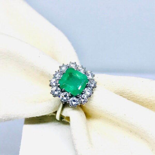 anello in oro bianco 18 carati con diamanti e smeraldo. Offerte d'oro Gioielli Torino.
