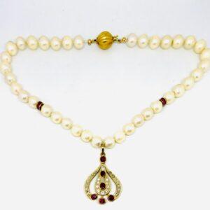 collana di perle coltivate con gancio e ciondolo in oro 18 carati e diamanti carati 1,06 e rubini carati 3. offerte d'oro gioielli torino