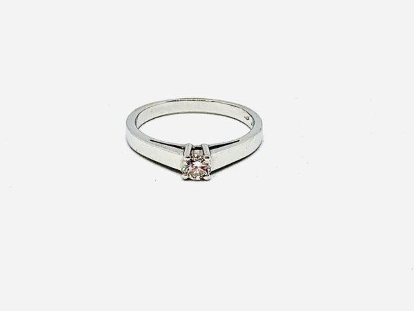 Anello solitario in oro bianco 18 carati con diamante. gioielli torino