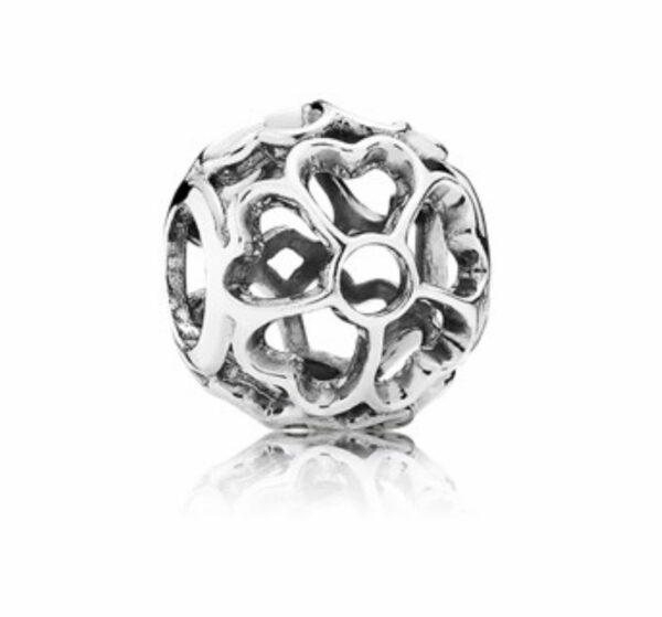 Charm in argento a forma di pallina con cuoricini intagliati. Gioielli Torino offerte d'oro